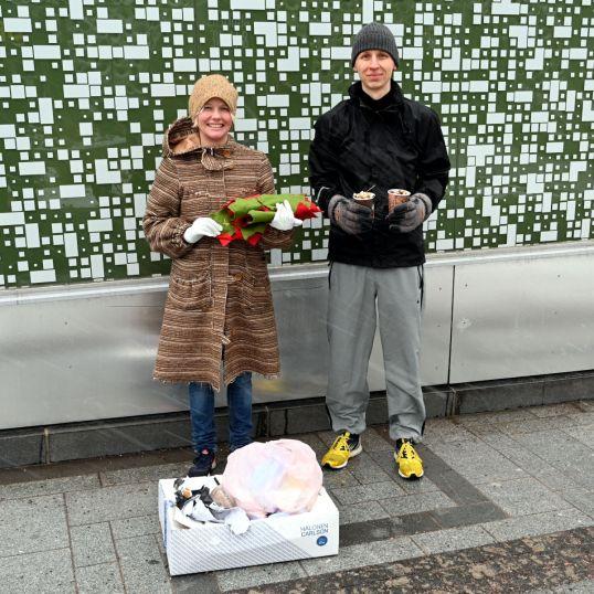 Kaisu Paulanto ja Onni Tonkija keräämiensä roskien kanssa.