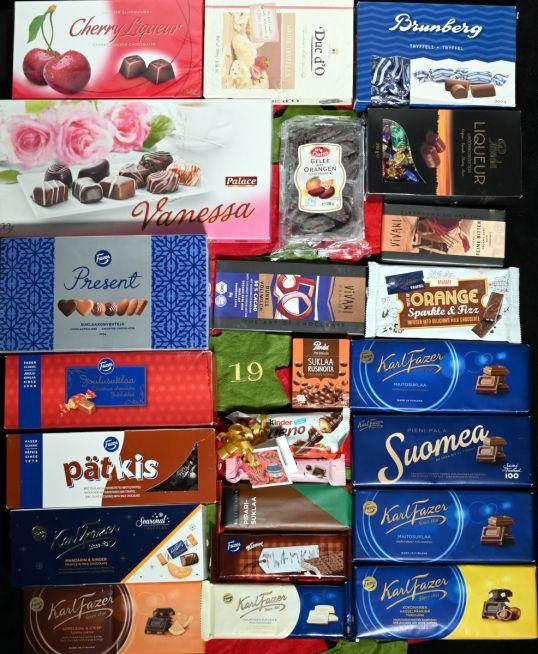 Suklaalevyjä, -rasioita ja -patukoita.