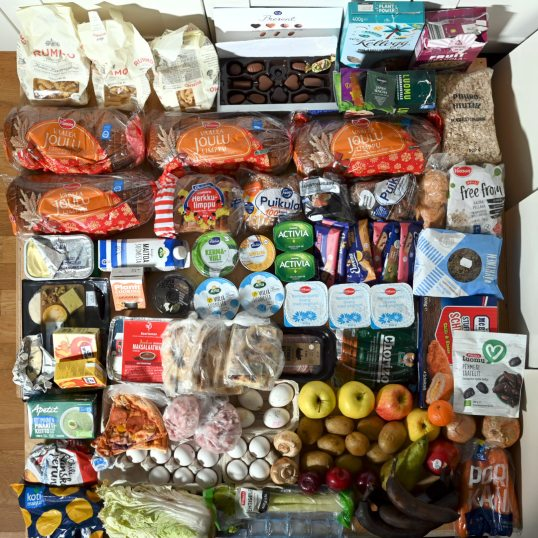 Suuret määrät viljatuotteita, maitotuotteita, lihatuotteita, kananmunia, valmisruokia, vihanneksia, hedelmiä, teetä ja suklaata.