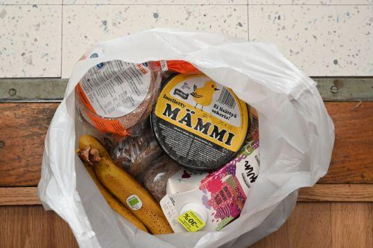 Valkoisessa muovikassissa leipää, mämmiä, jukurttia ja banaaneja.